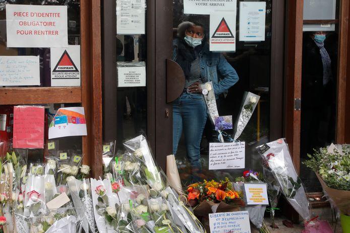 Een zee van bloemen aan de school waar de leraar werd vermoord.