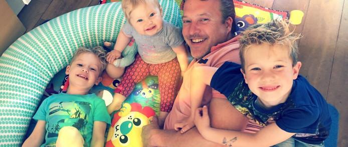 Jeppe de Lange met drie van zijn vijf kinderen. Rechts: Mees.