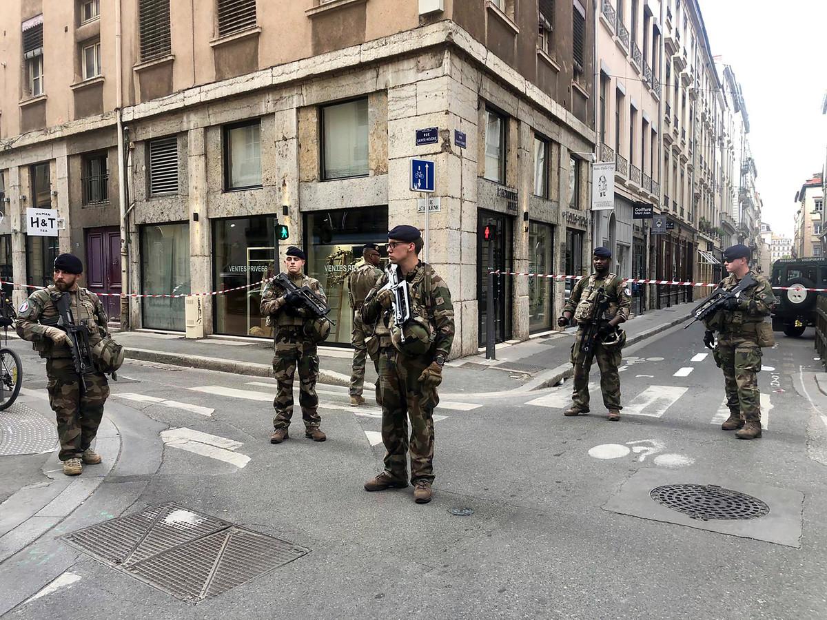 """Franse militairen die deel uitmaken van antiterrorismeplan """"Vigipirate Mission"""" bewaken de toegangen naar de plek waar de bomaanslag plaatsvond."""