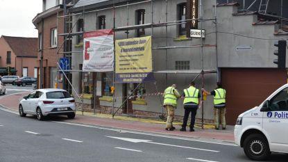Auto knalt tegen gevel restaurant