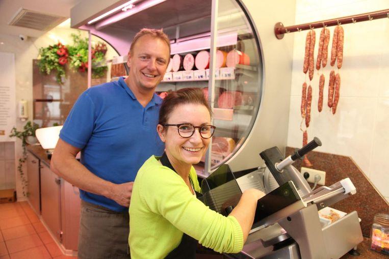 Peter en Heidi bedienen hun laatste klanten op 27 oktober in hun winkel.