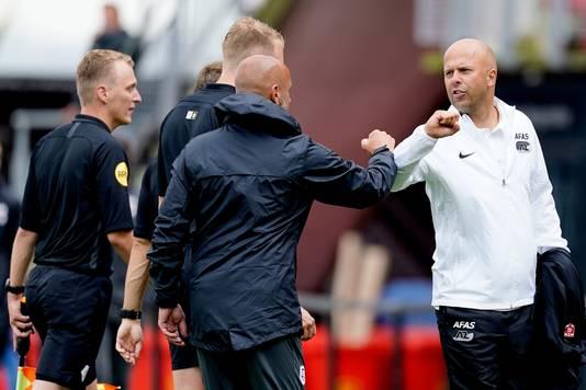 AZ-coach Arne Slot (r).