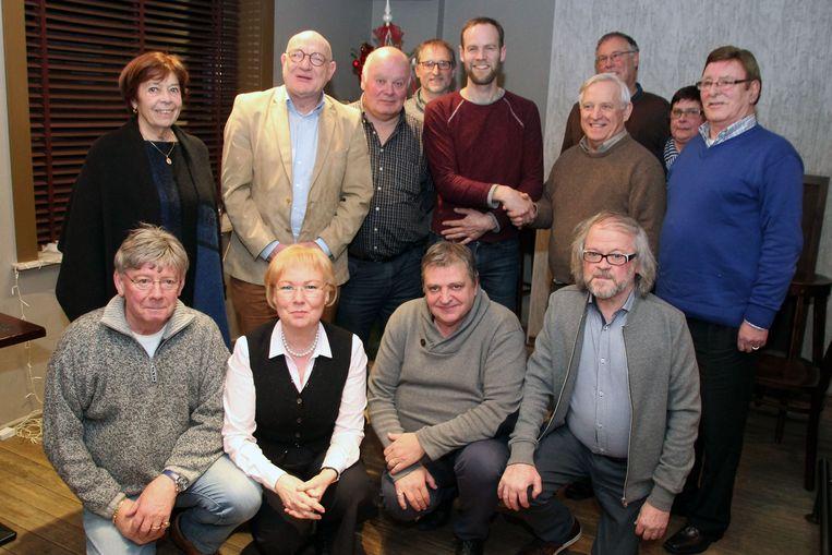 Op de foto: Wannes Cappelle (met rode trui) omringd door de jury die hem verkoos.