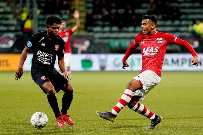 Godfried Roemeratoe (links) in de competitie met FC Twente in actie tegen het AZ van Owen Wijndal.