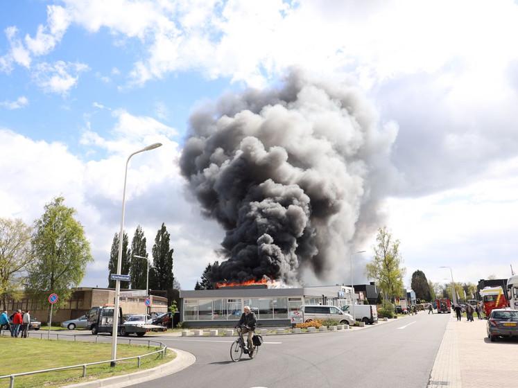 Grote brand bij autobedrijf Oldenzaal onder controle
