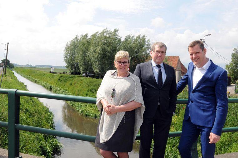 Burgemeesters Ann Coopman (Waarschoot), Chris DeWispelaere (Lovendegem) en Tony Vermeire (Zomergem) bij de Lieve.
