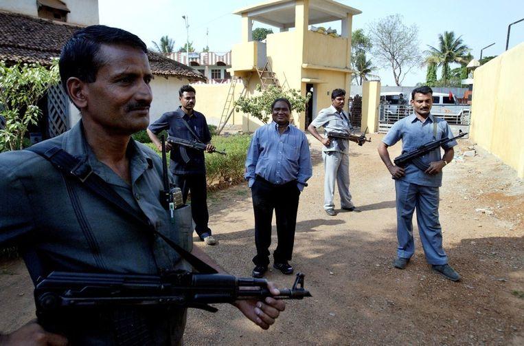 Archieffoto: Mahendra Karma (midden, tussen lijfwachten), oprichter van Salwa Judum, de overheidsmilitie die de communistische rebellen bestrijdt. Karma kwam zaterdag om bij de aanslag. Beeld ap