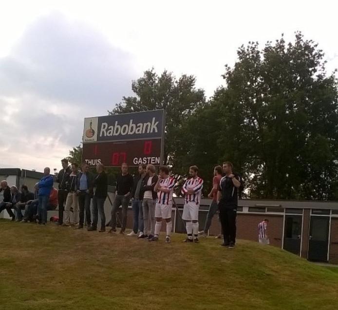 Spelers van Avereest kijken toe bij het eerste elftal. Foto: Tom Wildvank