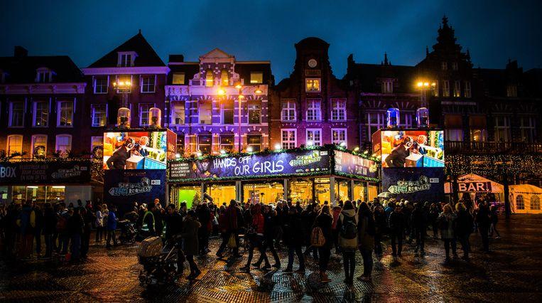 Het Glazen Huis op de Grote Markt. De deur van het huis met daarin 3FM-dj's Gerard Ekdom, Coen Swijnenberg en Domien Verschuuren gaat tot aan kerstavond op slot. Beeld anp