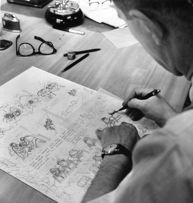 Hergé aan zijn tekentafel bezig met en nieuw boek van Kuifje. Beeld HH
