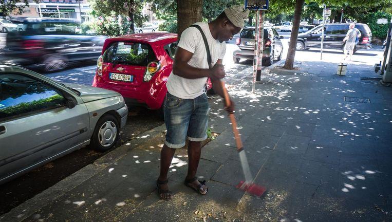 Godwin (31) uit Ghana: 'Het gaat me ook om de eer, hè. Ik ben een jonge vent met een sterk lijf. Ik kan gewoon werken voor mijn geld.' Beeld Nicola Zolin