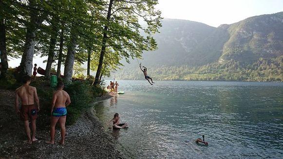 De leden van Chiro Erondegem genieten van een frisse duik in het meer van Bohinj, Slovenië.