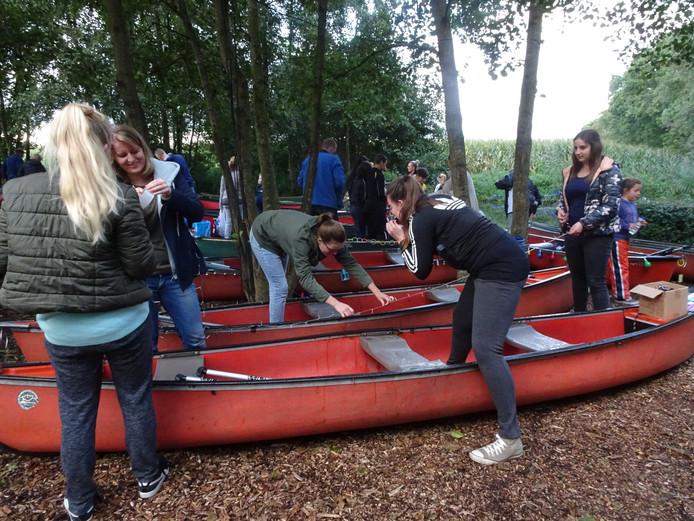 De kano's worden opgetuigd.
