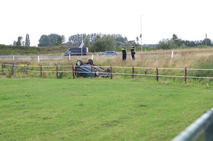 Een automobiliste is donderdagmiddag op de A15 ter hoogte van de afslag Tiel-West uit de bocht gevlogen en op de kop in een greppel terechtgekomen.