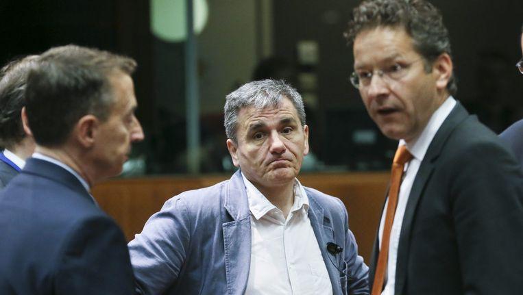 De Griekse minister van Financiën Tsakalotos (midden) en Eurogroepvoorzitter Dijsselbloem. Beeld EPA