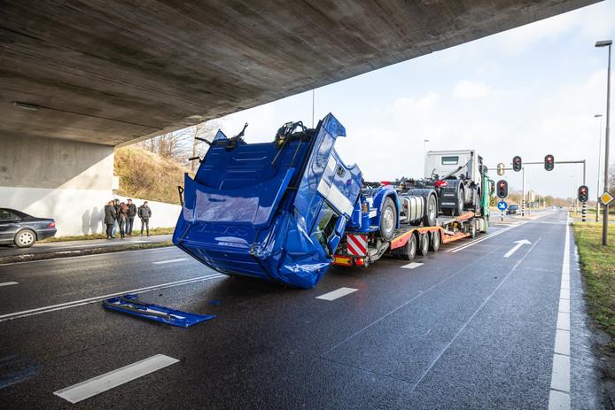 De cabine van een van de nagelnieuwe Scania-trucks viel voorover na de aanvaring met het Varsenerviaduct bij Ommen.