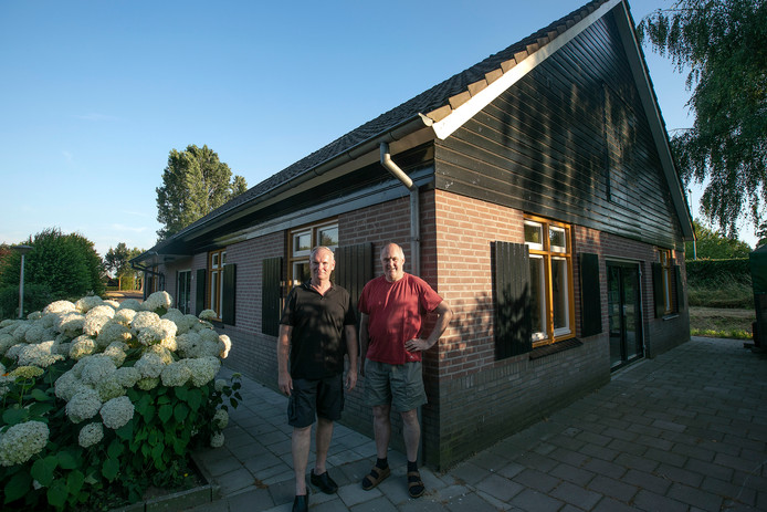 Penningmeester Ad de Bruin (l) en voorzitter Kees Sprangers bij buurthuis Den Tip van buurtvereniging OVS uit Best.