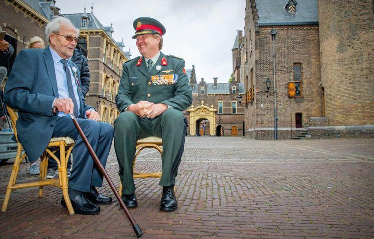 24 juni 2017. Koning Willem-Alexander in gesprek met een veteraan tijdens Veteranendag.  Beeld TRBEELD