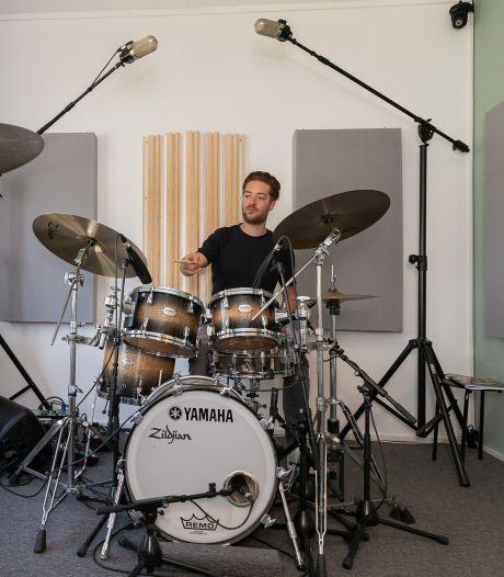 Zwolse drummers slaan zich online door corona heen, al zitten docenten stil thuis