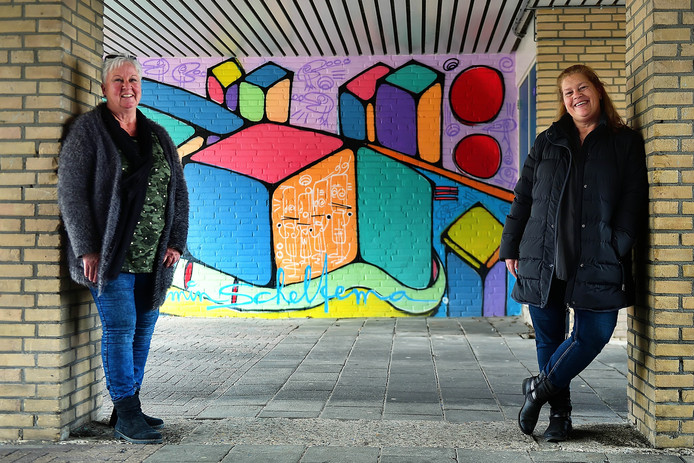Marie-José Schepers (l) en Marie-Louise Suijkerbuijk bij de muurschildering in de onderdoorgang van de Diamantdijk, een van de initiatieven van Stichting DesDia, waar ook Olga zich voor inzette.