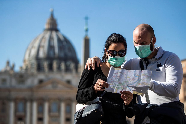 """""""Mondkapjes zijn zinloos"""", zegt viroloog Marc Van Ranst. """"Enkel wie zelf ziek is, kan zo besmetting tegengaan."""""""