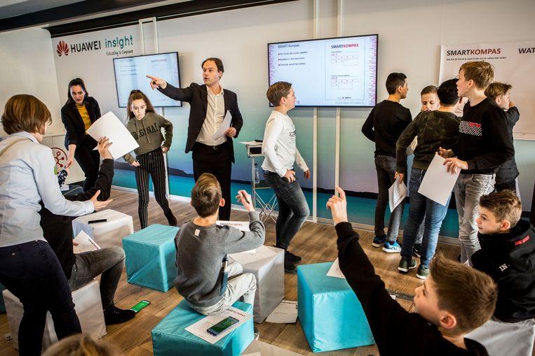 Mobiel klaslokaal in de SmartBus van Huawei. De bus rijdt in oktober en november door heel Nederland en België, daarna rijdt hij verder naar Spanje en Portugal. Beeld Arie Kievit