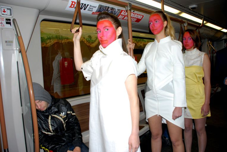 Archiefbeeld: modeshow in metro Stokkel voor Brussels Fashion days