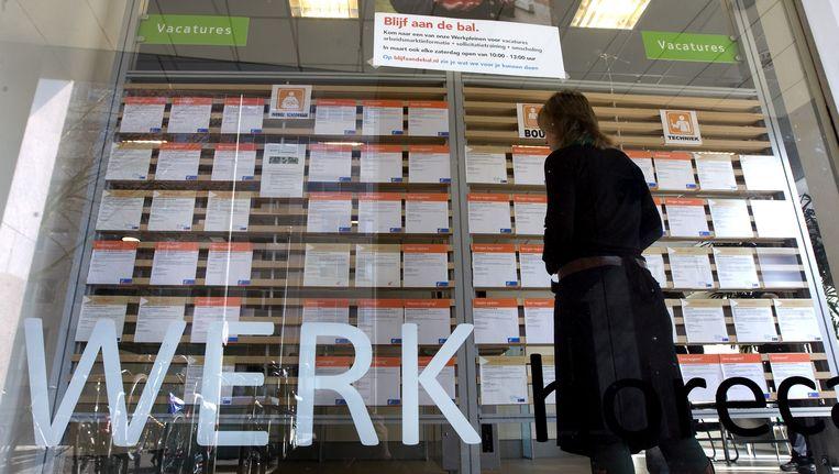 Een vrouw bekijkt de vacatures die worden aangeboden door het UWV in Amsterdam. Beeld anp
