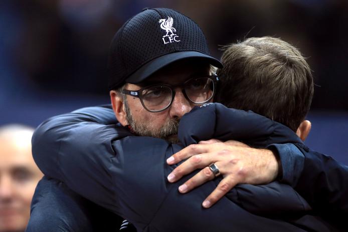 Accolade entre Jürgen Klopp et Felice Mazzu. Le Racing a montré un visage séduisant face à Liverpool, mais cela n'a pas suffi à éviter la défaite (1-4).