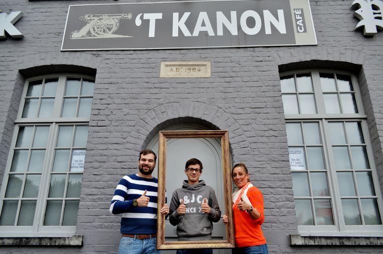Henri Demeestere (links) en Eva Sonneville (rechts) met nieuwe uitbater Laurens Moyaert (midden).