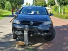 Bestuurster rijdt auto in de prak en eindigt op paaltje in Elburg: 'Ik werd gelanceerd'