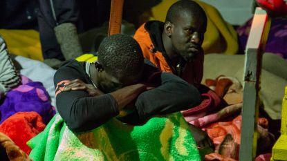 Reddingsschip Alan Kurdi met 88 migranten aan boord meert aan in Zuid-Italië