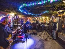 Rock-'n-roll band Mac Taple geeft optreden bij danscentrum Verspaandonk in Eindhoven