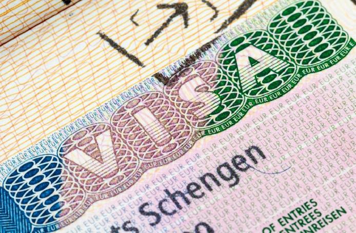 Vijf personen die een visum kregen ondanks dat ze gesignaleerd stonden, werden aan de grens tegengehouden door de Koninklijke Marechaussee.