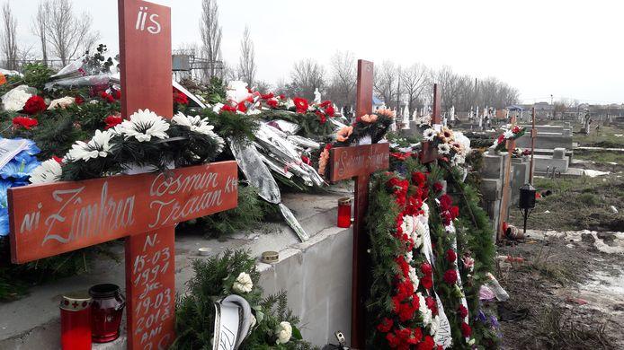 De graven van de Roemeense slachtoffers Adina, Aurel en Cosmin. Zij kwamen om bij een verkeersongeval op de N270 in Helmond.