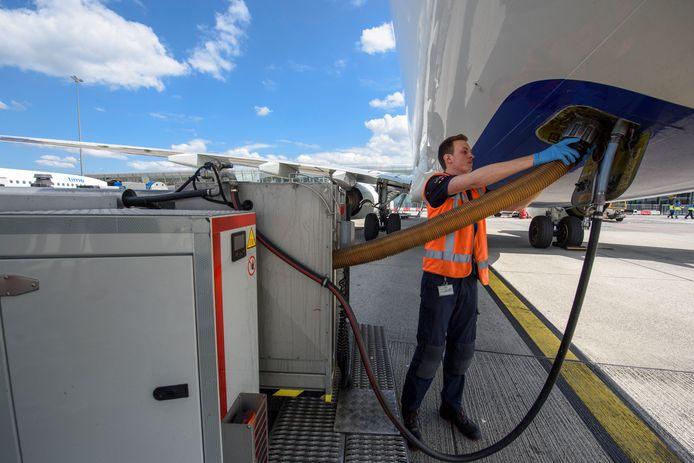 Een Viggo-werknemer aan het werk op Eindhoven Airport.