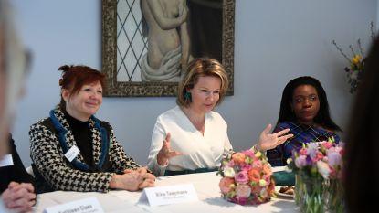 Koningin Mathilde houdt praatuurtje met 11 sterke vrouwen uit onze regio