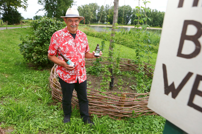 Ronald van den Ende bij de hoppaal bij het voetveer in Woudrichem.