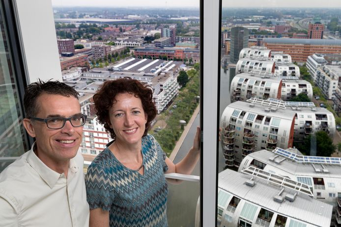 Arjen Jaarsma woont met zijn vrouw Petra van den Boorn op de hoogste verdieping in de Jheronimustoren. Zij hebben trillingsoverlast van de afzuiging van het dak.