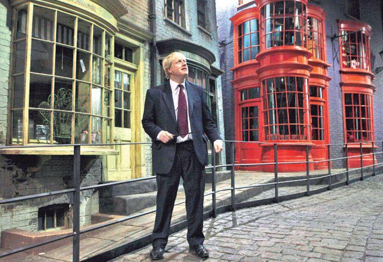 De Londense burgemeester Boris Johnson bezoekt de studio's waar de Harry Potterfilms zijn opgenomen.