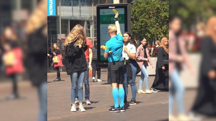 Wie zich in de straten van Den Haag niet aan de afstandsregels hield, kon zomaar teruggefloten worden door scheidsrechter Kevin Blom. In een samenwerking met het Rode Kruis trok de arbiter uit de Eredivisie de straten in om de voorbijgangers te attenderen op de regels.