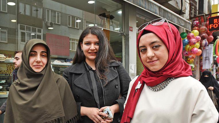 'Ik geloof echt dat Erdogan alleen maar het beste voor heeft met zijn land.' Amina Aksakal (links) met twee vriendinnen. Beeld Guus Dubbelman / de Volkskrant