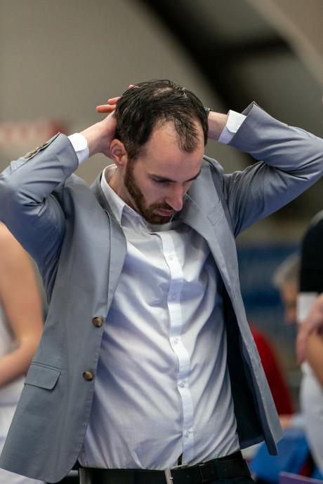 Coach Batouwe veroorzaakt met commentaar beslissend vrije worp: 'Ik heb het verknald!'
