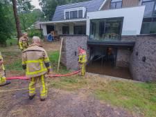 Onweersbuien trekken over Oost-Nederland, brandweer pompt volgelopen kelders leeg