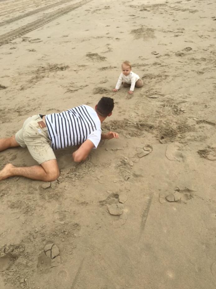 Oom Remco leert zijn nichtje Len hoe te kruipen