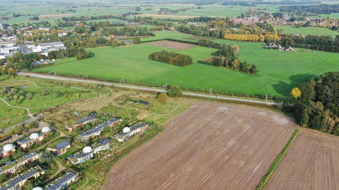 De zonneweide moet komen in het 'donkergroene' grasland ten noorden van de spoorlijn.