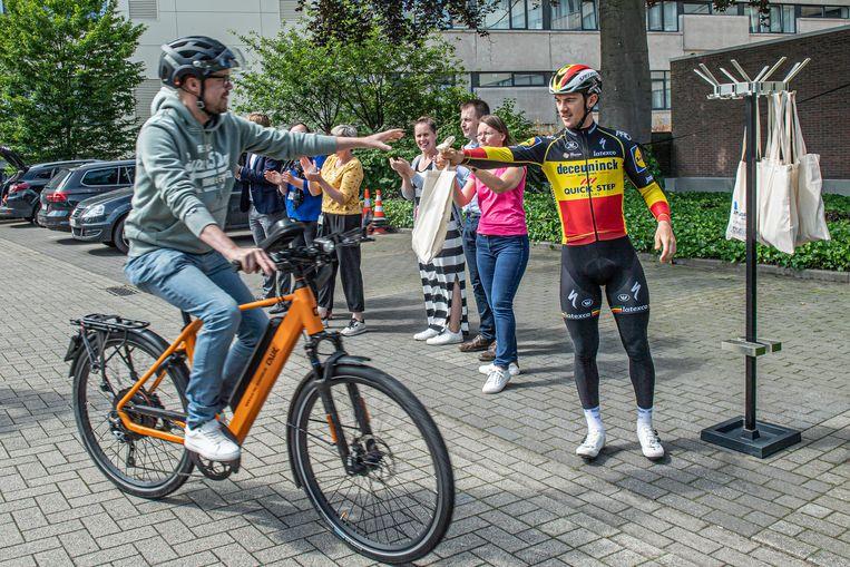 Yves Lampaert deelde dinsdag goodiebags uit aan fietsende medewerkers van het Sint-Andriesziekenhuis.
