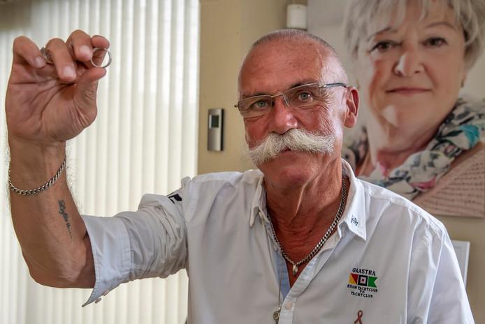Ruud Vorstermans met tussen zijn  vingers de ring die hij kreeg van zijn vrouw Marijke toen zij 40 jaar getrouwd waren. Op de achtergrond een portret van zijn overleden vrouw.