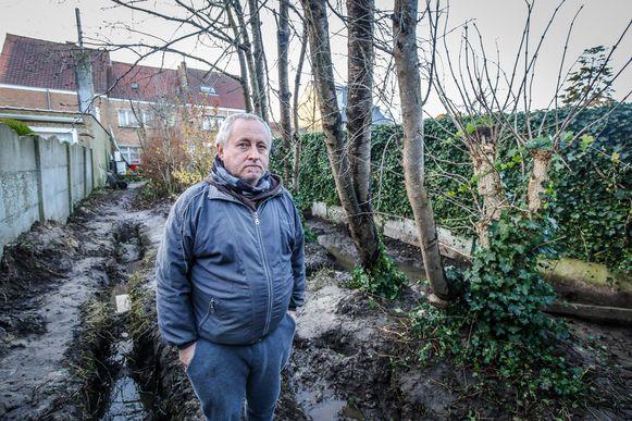 Alain in de tuin van z'n ouderlijke woning.
