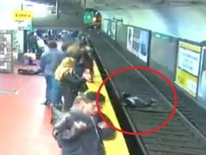 Une femme tombée sur les rails du métro sauvée in extremis en Argentine